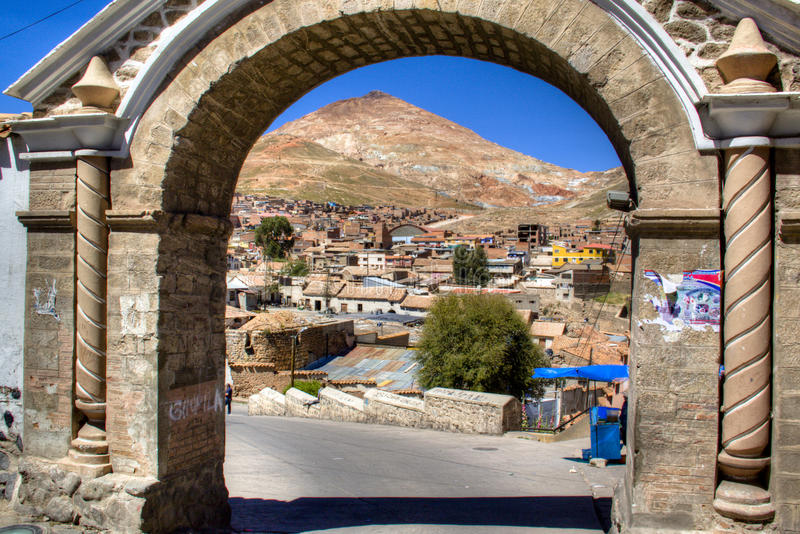 Opinión sobre Cerro Rico en Potosi imagenes de archivo