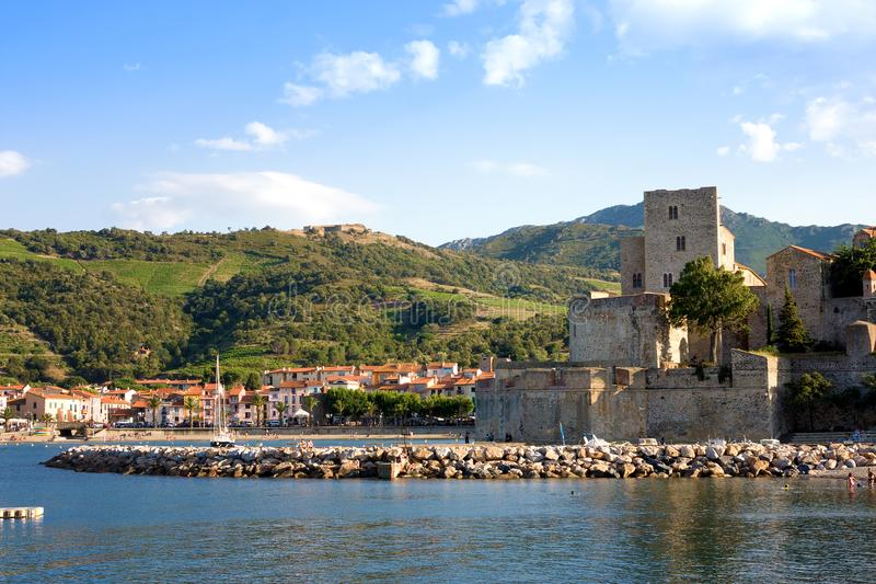 Opinión sobre Chateau Royal de Collioure en el pequeño pueblo de Colliure, al sur de Francia imagen de archivo