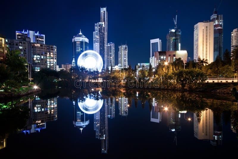 Opinión sobre ciudad moderna en la noche imagen de archivo libre de regalías