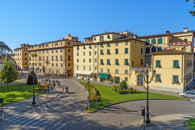 Opinión sobre ciudad vieja de la pared de la ciudad en Lucca Italia fotografía de archivo libre de regalías