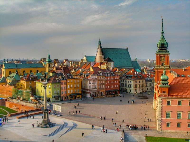 Opinión sobre cuadrado del castillo, castillo real, Zygmunt Column y ciudad vieja en Varsovia fotos de archivo libres de regalías
