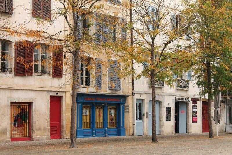 Opinión sobre edificios coloridos de la calle en Bayona, país basque, Francia imágenes de archivo libres de regalías