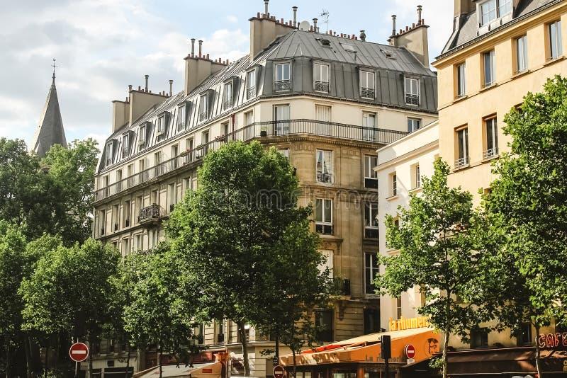 Opinión sobre edificios parisienses tradicionales en París imágenes de archivo libres de regalías