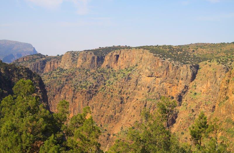 Opinión sobre el acantilado rojo escarpado del valle de Ourika - Marruecos imagenes de archivo