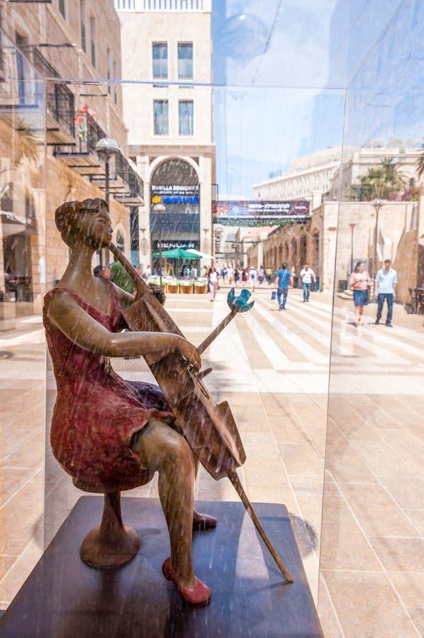 Opinión sobre el camino del Mamilla a través de la escultura del arte de la calle del violoncelista de la mujer que juega en el v fotografía de archivo