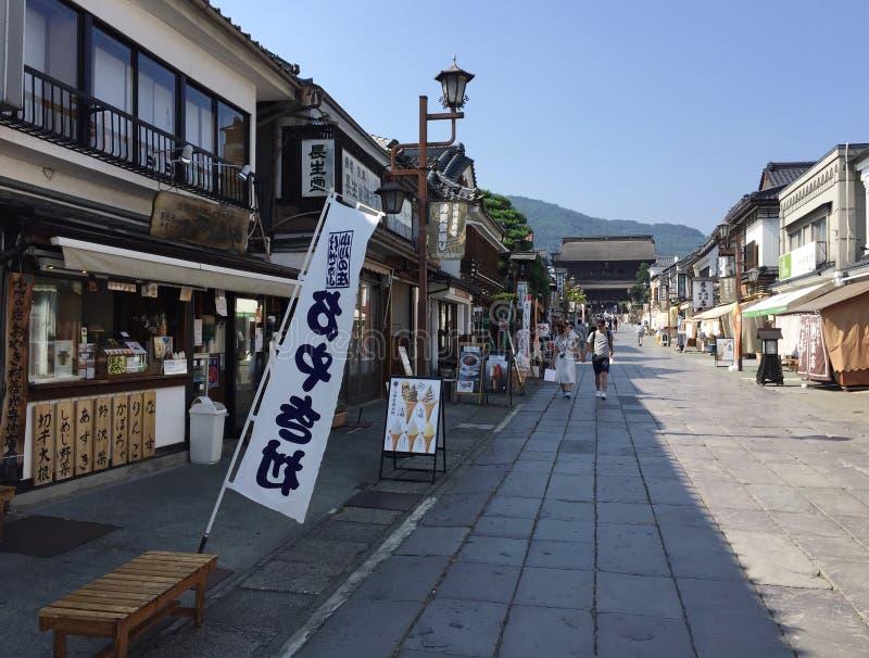 Opinión sobre el camino que lleva al templo de Zenko-ji en Nagano, Japón fotografía de archivo