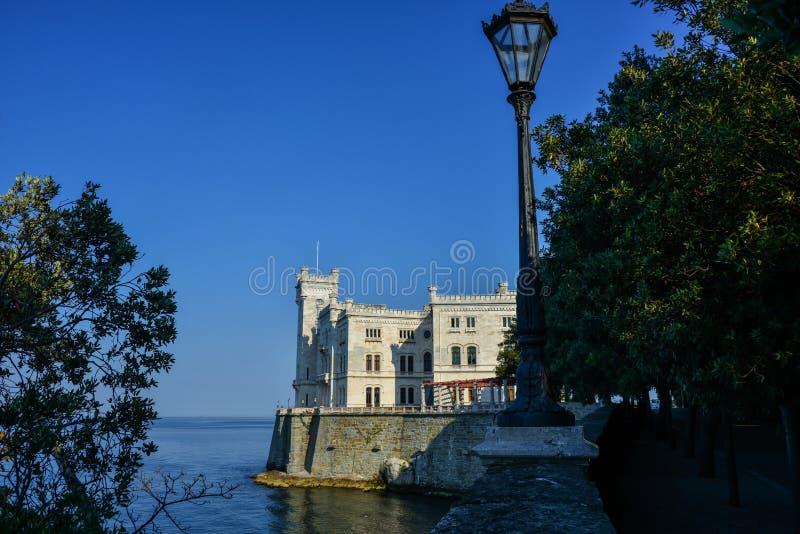 Opinión sobre el castillo de Miramare en el golfo de Trieste imagen de archivo