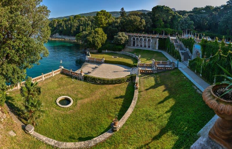 Opinión sobre el castillo de Miramare en el golfo de Trieste imagenes de archivo