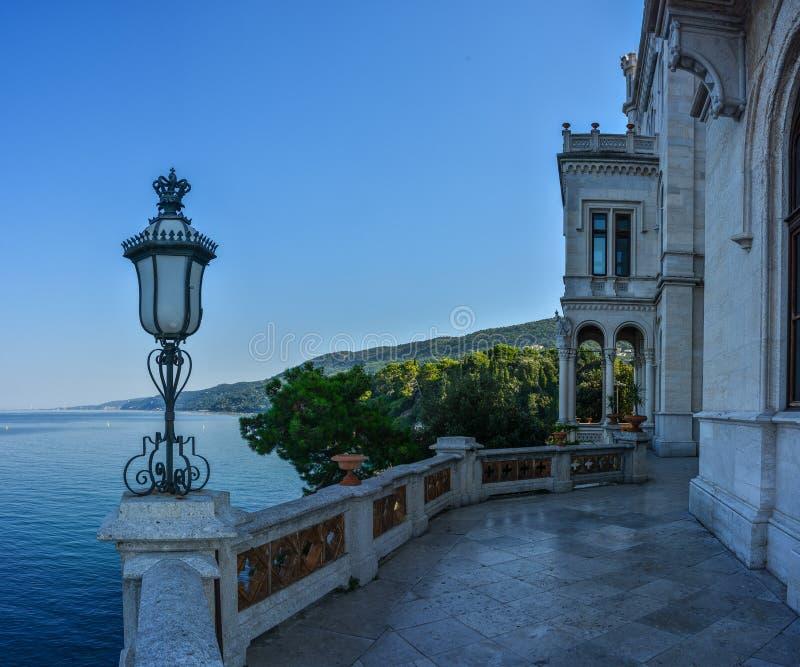 Opinión sobre el castillo de Miramare en el golfo de Trieste fotos de archivo libres de regalías