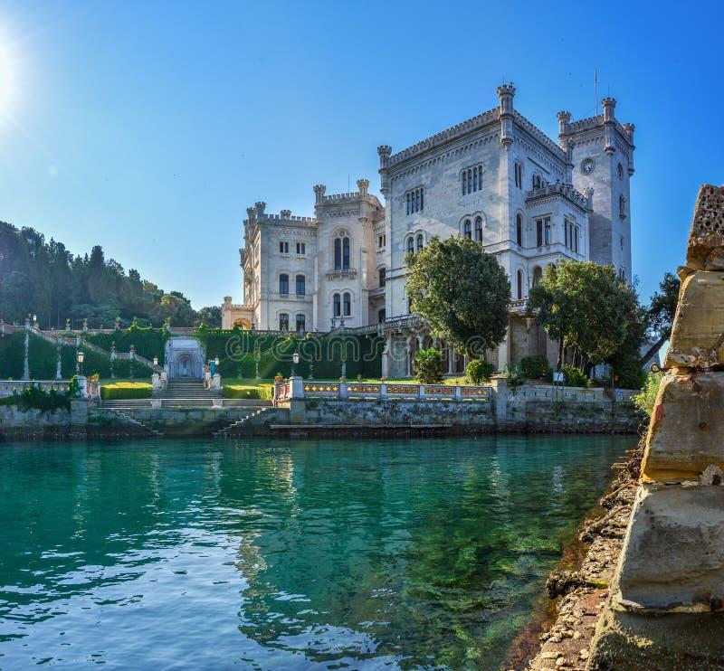 Opinión sobre el castillo de Miramare en el golfo de Trieste fotografía de archivo