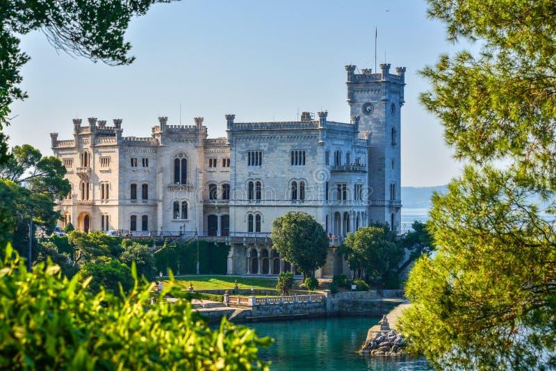 Opinión sobre el castillo de Miramare en el golfo de Trieste foto de archivo