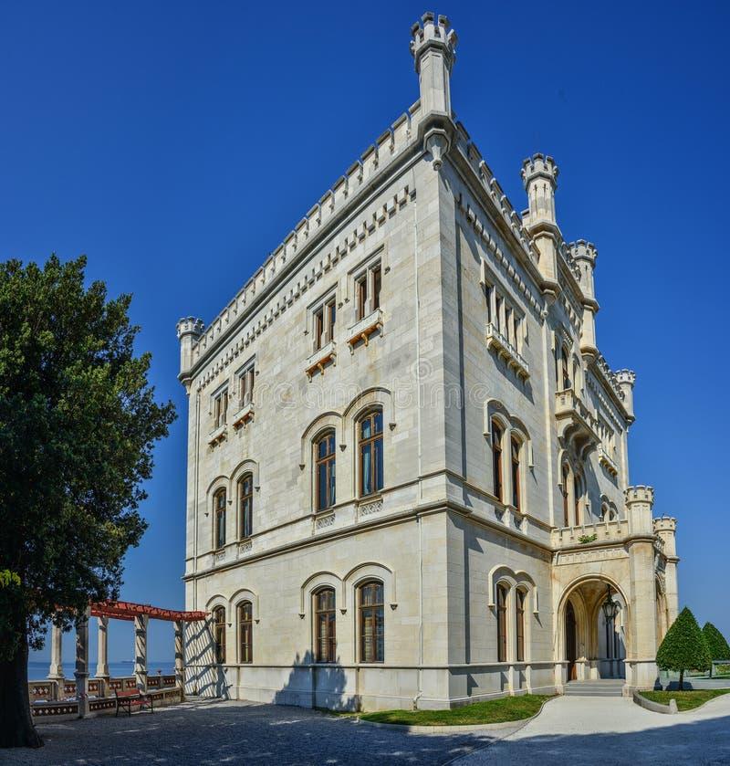 Opinión sobre el castillo de Miramare en el golfo de Trieste fotos de archivo