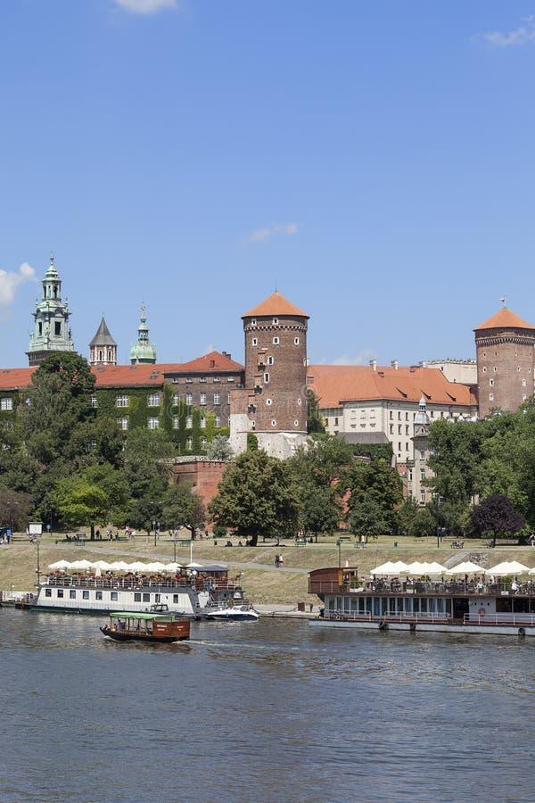 Opinión sobre el castillo de Wawel, los barcos de río y los bulevares reales del Vístula, Kraków, Polonia foto de archivo libre de regalías