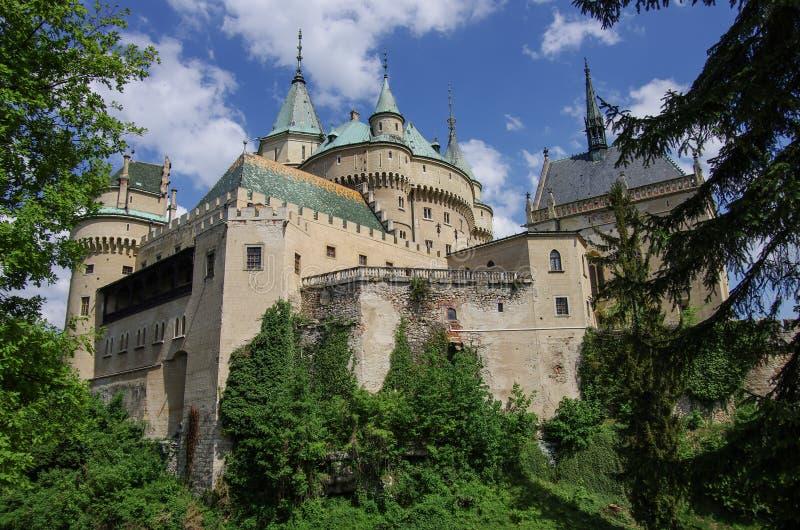 Opinión sobre el castillo medieval de Bojnice con la torre gótica y r colorido imagen de archivo libre de regalías