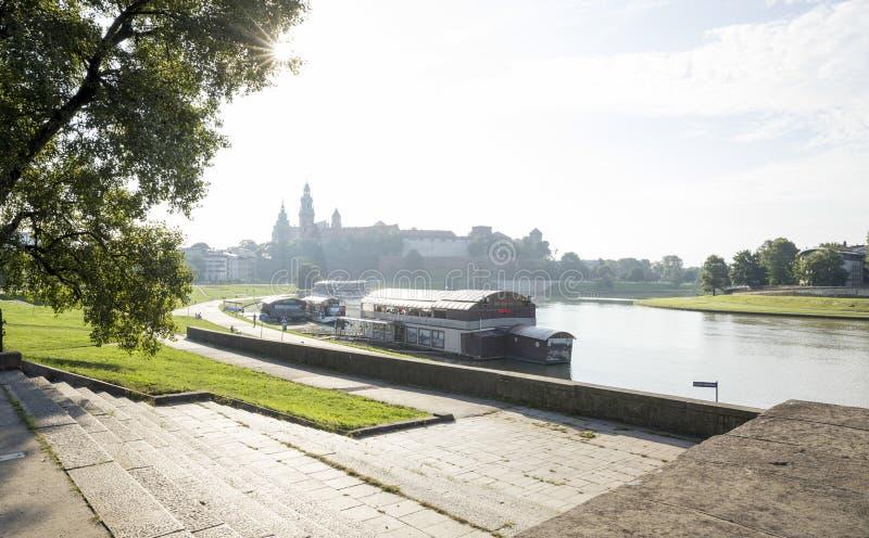 Opinión sobre el castillo y el río Vistula de Wawel en Kraków fotografía de archivo
