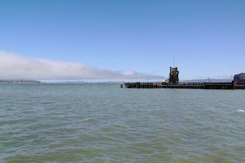 Opinión sobre el faro hermoso situada cerca de la prisión de Alcatraz San Francisco fotos de archivo libres de regalías
