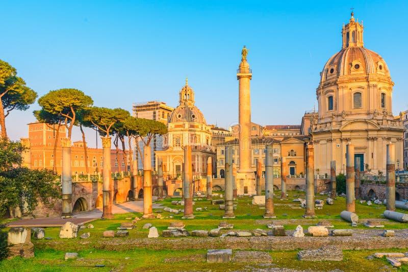 Opinión sobre el foro de Trajan en Roma, Italia durante la salida del sol imagen de archivo