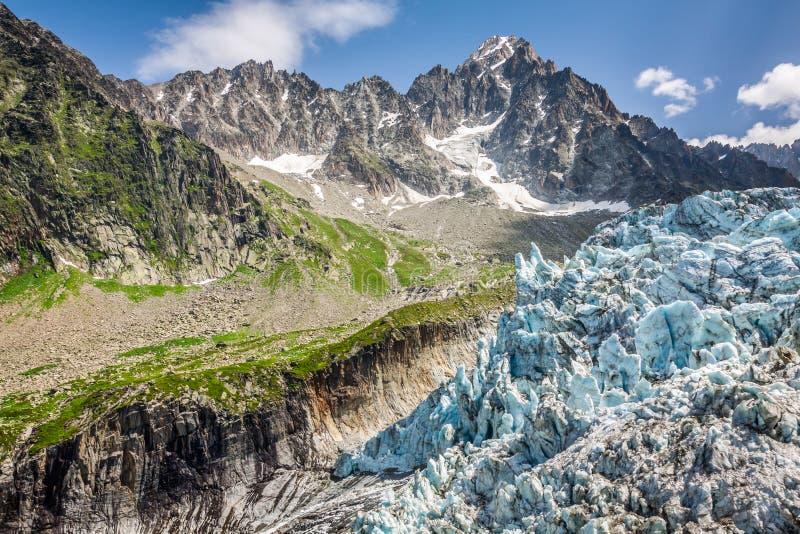 Opinión sobre el glaciar de Argentiere El caminar al glaciar de Argentiere con th foto de archivo libre de regalías