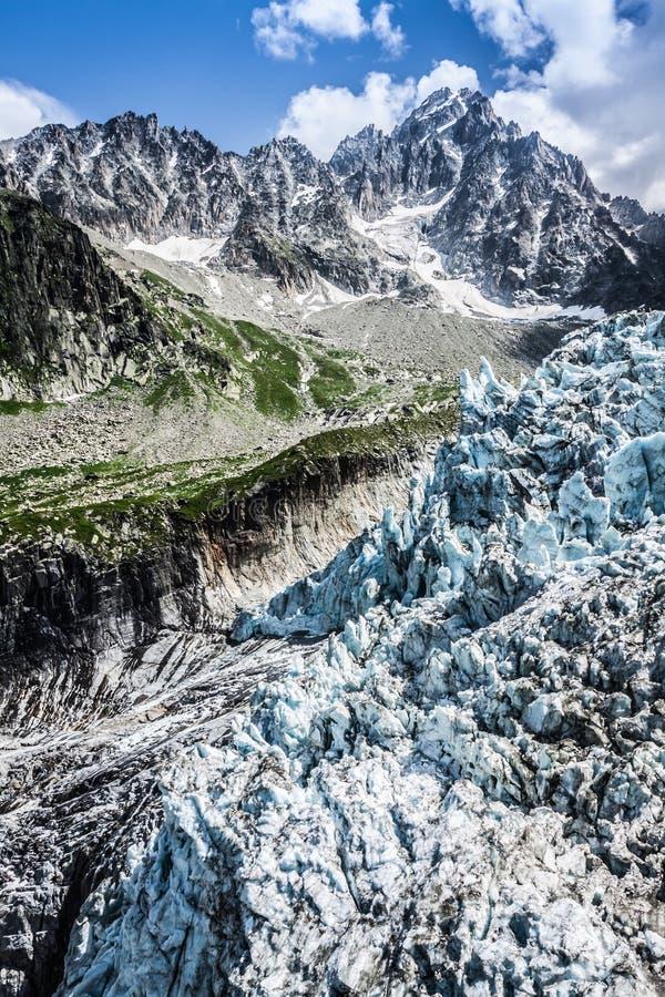 Opinión sobre el glaciar de Argentiere El caminar al glaciar de Argentiere con th imágenes de archivo libres de regalías