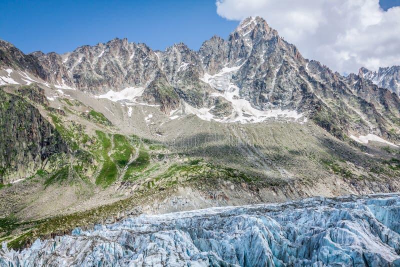 Opinión sobre el glaciar de Argentiere El caminar al glaciar de Argentiere con th foto de archivo