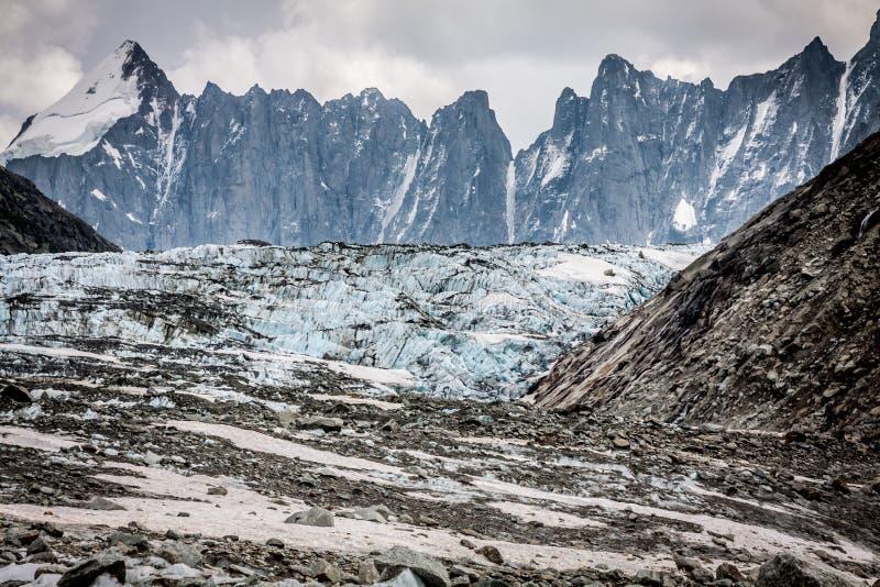 Opinión sobre el glaciar de Argentiere El caminar al glaciar de Argentiere con th imagenes de archivo