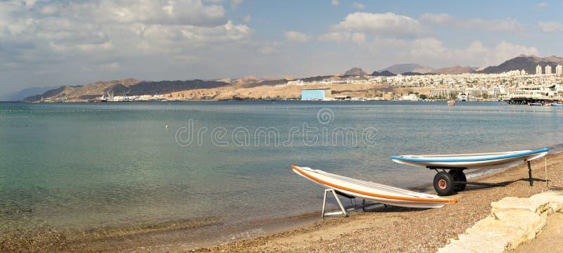 Opinión sobre el golfo de Aqaba de la playa septentrional de Eilat, Israel foto de archivo libre de regalías