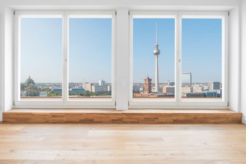 Opinión sobre el horizonte de Berlín y torre de la TV a través de la ventana de la terraza en m imagen de archivo