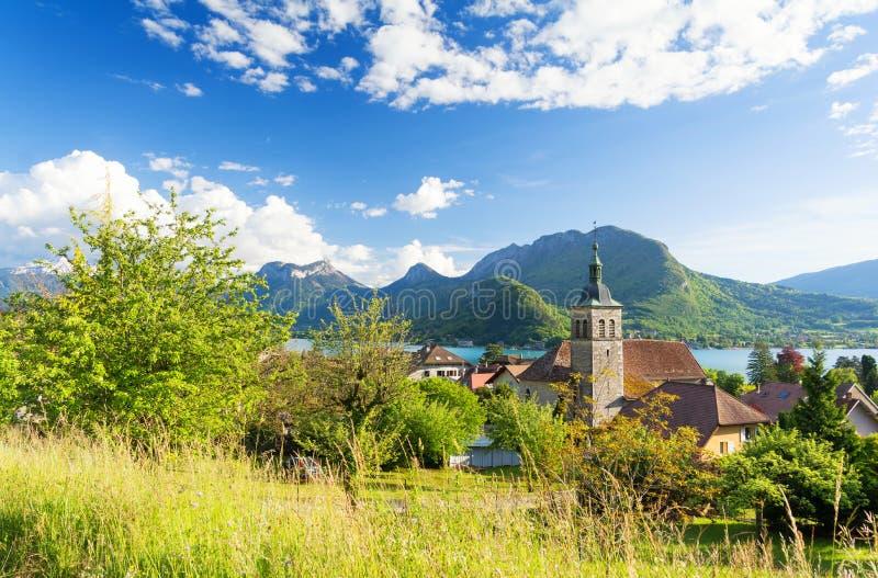 Opinión sobre el lago Annecy en las montañas francesas, Francia imagen de archivo libre de regalías