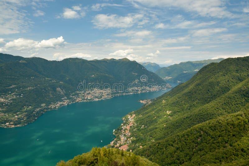 Opinión sobre el lago Como del faro imagenes de archivo