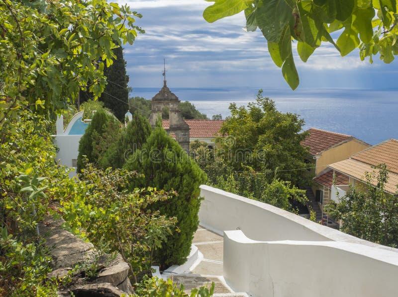Opinión sobre el mar y el campanario del monasterio de Paraskevi del santo, del jardín y del tejado ortodoxos cerca de lakones de fotografía de archivo libre de regalías
