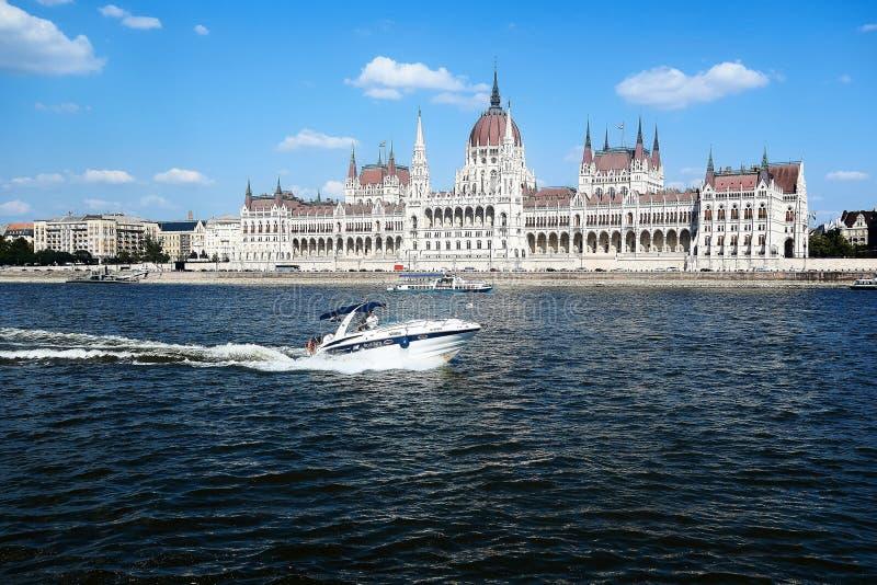 Opinión sobre el parlamento en Budapest del río Danubio fotos de archivo libres de regalías