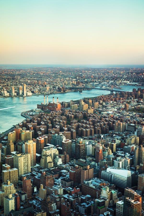 Opinión sobre el puente céntrico Brooklyn NYC de Manhattan y de Williamsburg imagen de archivo libre de regalías