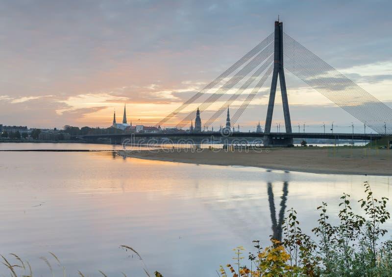 Opinión sobre el puente central y la ciudad vieja de Riga, Letonia imagen de archivo libre de regalías