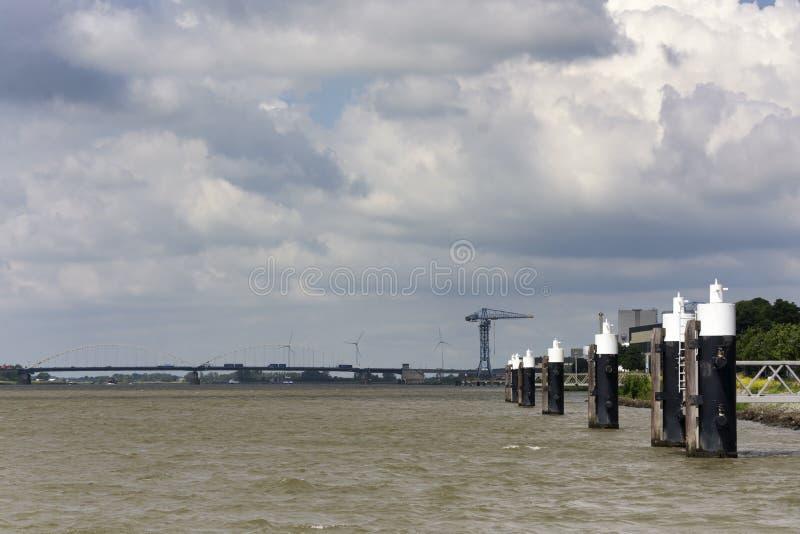 Opinión sobre el río de Merwede, cerca de la ciudad de Gorinchem en los Países Bajos fotos de archivo