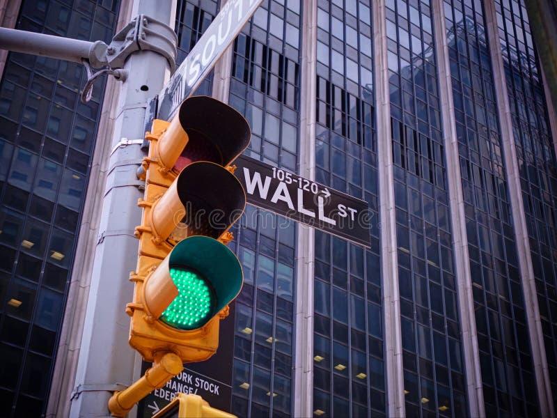 Opinión sobre el semáforo del amarillo de Wall Street con el po blanco y negro fotos de archivo libres de regalías