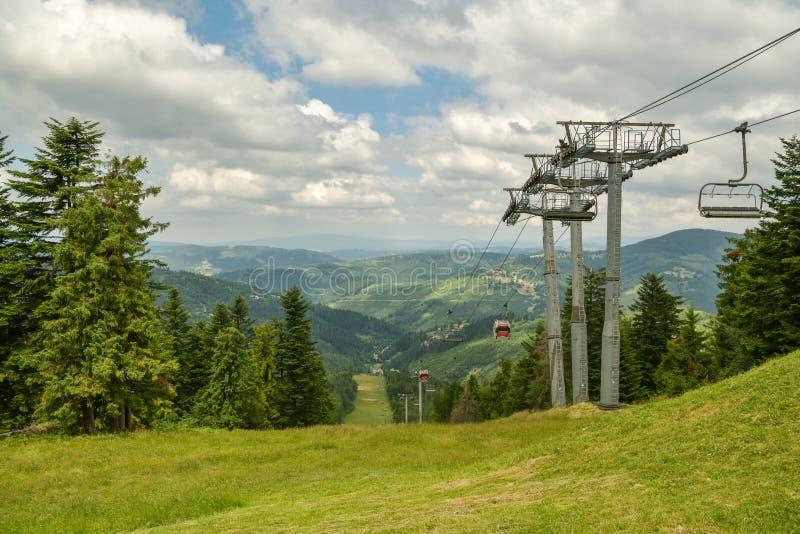 Opinión sobre el teleférico sobre la cuesta de Laliky en la estación de esquí de Velka Raca cerca de Oscadnica foto de archivo