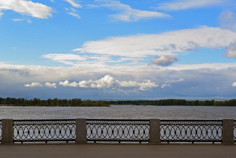 Opinión sobre el terraplén de Volga de la ciudad del Samara imagenes de archivo