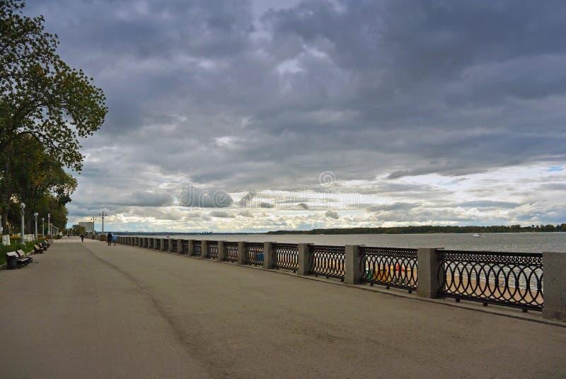 Opinión sobre el terraplén de Volga de la ciudad del Samara antes de tempestad de truenos foto de archivo libre de regalías