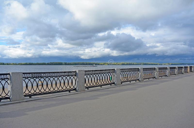 Opinión sobre el terraplén de Volga de la ciudad del Samara antes de tempestad de truenos fotos de archivo libres de regalías