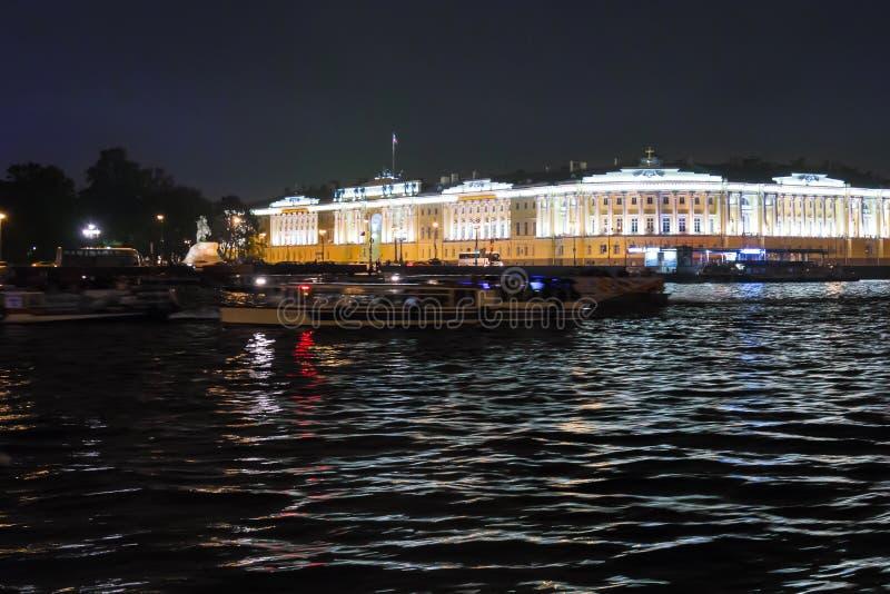 Opinión sobre el terraplén del Ministerio de marina del río de Neva, el edificio del senado y el sínodo, el monumento a Peter el  foto de archivo