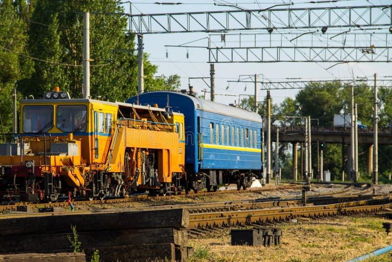 Opinión sobre el tren del mantenimiento en vía de ferrocarril imágenes de archivo libres de regalías