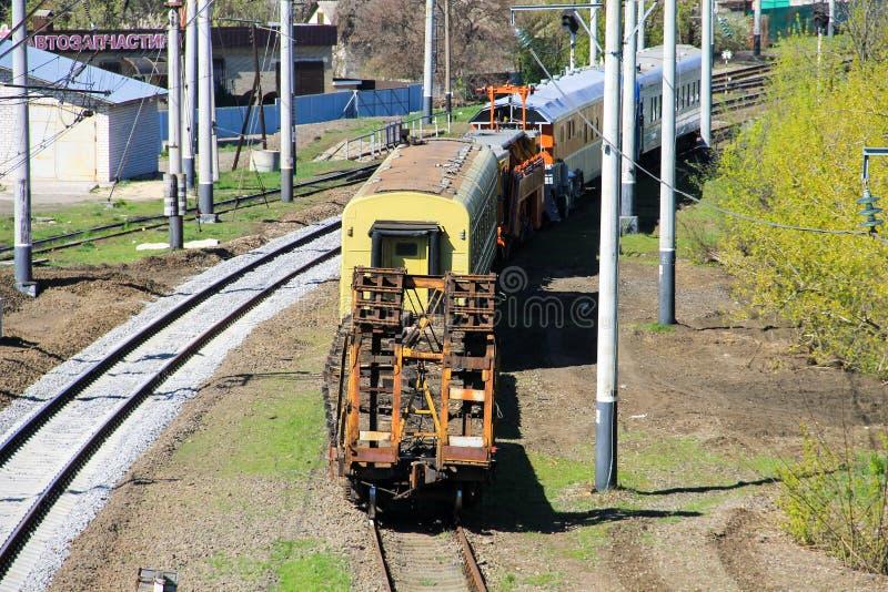 Opinión sobre el tren del mantenimiento en vía de ferrocarril imagenes de archivo