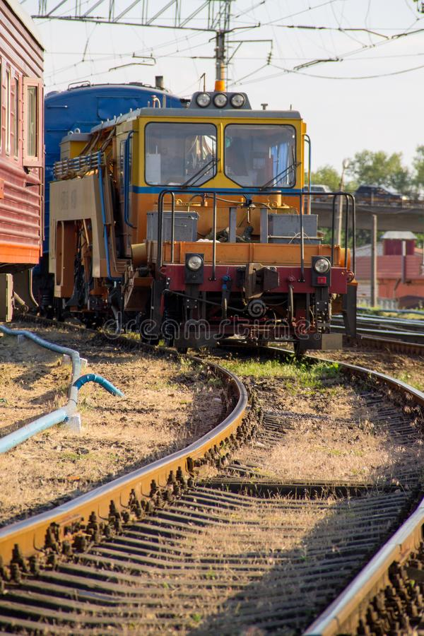 Opinión sobre el tren del mantenimiento en vía de ferrocarril fotografía de archivo