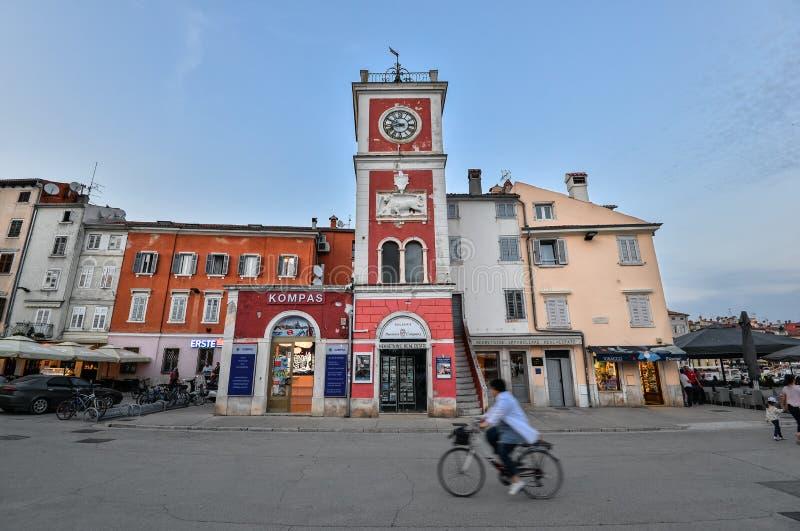 Opinión sobre exteriores constructivos brillantes de la ciudad de Coastal de Rovinj, Istria, Croacia Rovinj - ciudad antigua herm foto de archivo