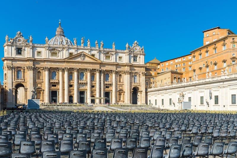 Opinión sobre iglesia de la catedral de San Pedro de la Ciudad del Vaticano en cuadrado o la plaza San Pietro en Roma imágenes de archivo libres de regalías