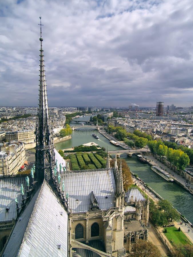 Opinión sobre la aguja de la catedral de Notre Dame en París. fotografía de archivo libre de regalías