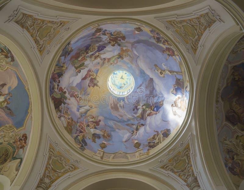 Opinión sobre la cúpula con las pinturas del fresco en interior de la basílica barroca de la Virgen María del Visitation, lugar d imágenes de archivo libres de regalías
