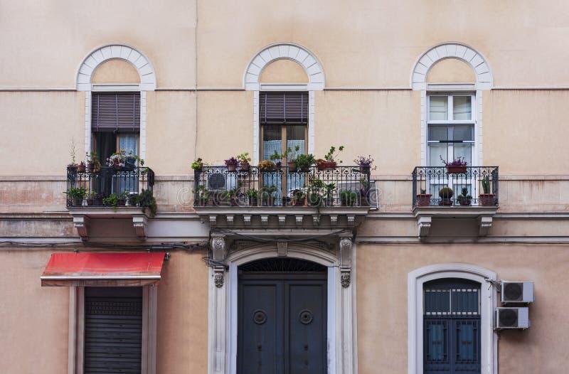Opinión sobre la calle de Catania, Sicilia, Italia - fachada de un edificio antiguo fotografía de archivo