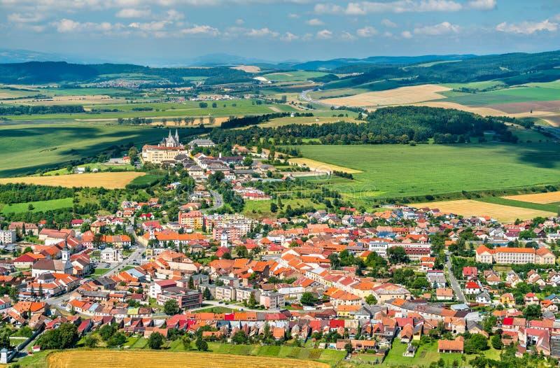 Opinión sobre la ciudad de Spisske Podhradie del castillo de Spis, región de Presov, Eslovaquia imagen de archivo