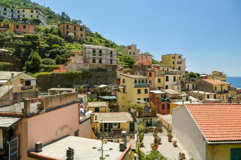 Opinión sobre la ciudad hermosa de Riomaggiore imagen de archivo